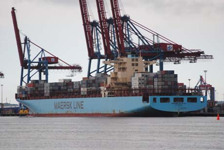 Maersk_container_ship_in_the_Port_of_Salalah